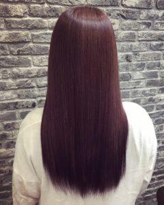髪質改善ヘアカラーをした女性