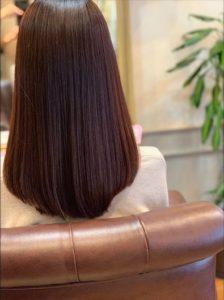 綺麗な艶髪の女性の後ろ姿